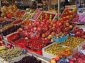 Etalage de fruits sur un marché français.jpg