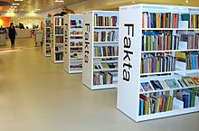 """Library shelves with the word 'Fakta' written on them"""