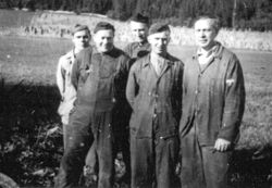 Falstadfanger ved smia (1944) - Falstad prisoners near the blacksmith workshop (1944) (5319310149).jpg