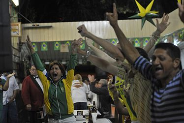 Fans celebrate the victory of the Brazilian team 02.jpg