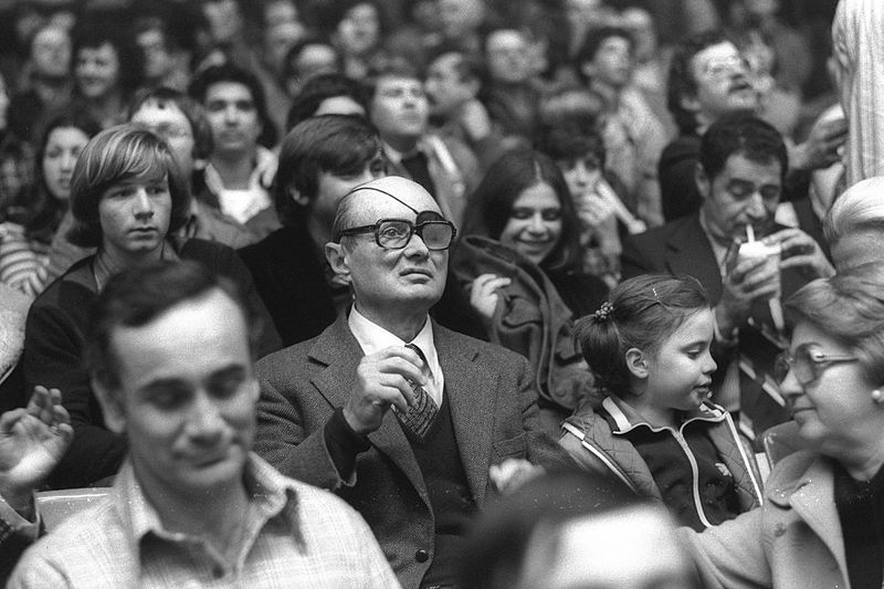 קובץ:Flickr - Government Press Office (GPO) - Moshe Dayan at a Maccabi Tel Aviv Game.jpg