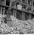 Fotothek df ps 0000322 Ruine des Neuen Rathauses. Ostseite (Rathausplatz) mit Sc.jpg