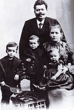 Friedrich Ebert Jr. - Friedrich Ebert Jr. with his father and mother Louise and his siblings (from left to right)  Georg and Heinrich, Christmas 1898