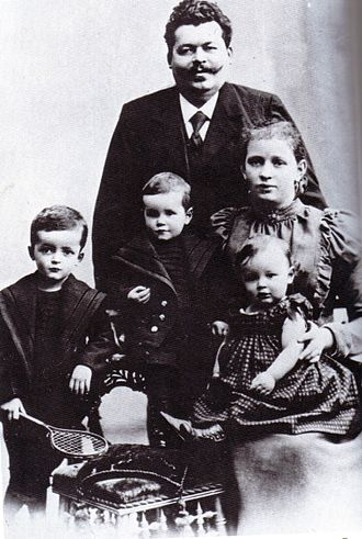 Friedrich Ebert - Friedrich Ebert with his wife Louise and their children (from left to right) Friedrich, Georg and Heinrich (Christmas 1898)