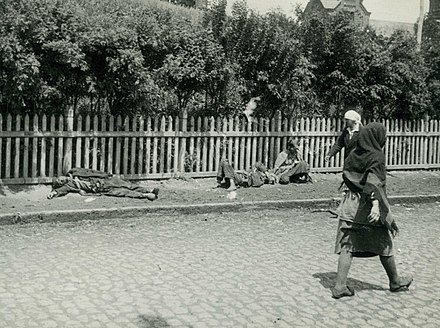 Starved peasants on a street in Kharkiv, 1933 GolodomorKharkiv.jpg