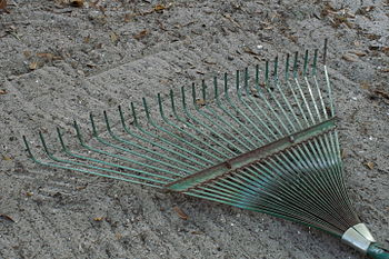 English: A light rake (leaf rake) used for gra...