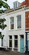 foto van Pand met verdieping, schilddak en gepleisterde lijstgevel