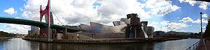 Museo Guggenheim de Bilbao, en su entorno urbanístico: la ría de Bilbao y sus puentes.