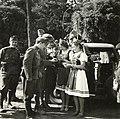 Híradós katonák és helybéli leányok a Károlyi-kastély parkjának bejárata előtt a magyar csapatok bevonulása idején. Fortepan 76929.jpg