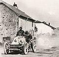 Henri Fournier à Sachy, 10 kilomètres avant la frontière (Paris-Berlin 1901).jpg