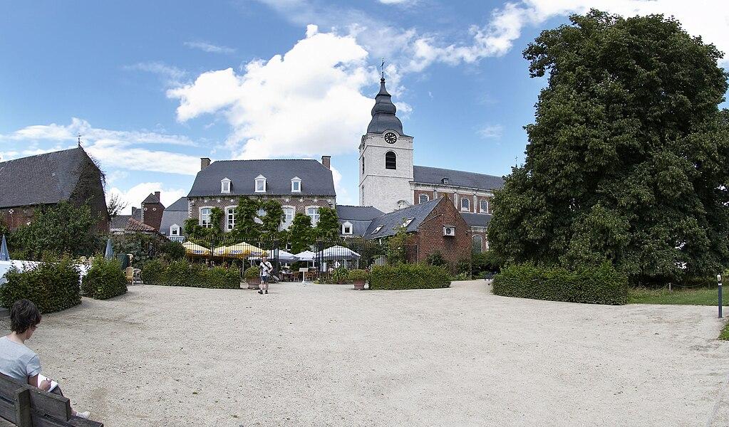Vanuit de Vlaamse Toontuinen zicht op het Kapittelhuis en de Sint-Gorgoniuskerk