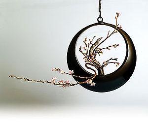 Enshū-ryū - Flower arrangement with cherry blossom in a hanging bronze moon-vessel, by the Enshū-ryū school