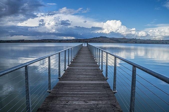 Il pontile sul lago di chiusi fine estate.jpg