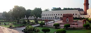 Hazuri Bagh - Image: Illama Iqbal shrine 01