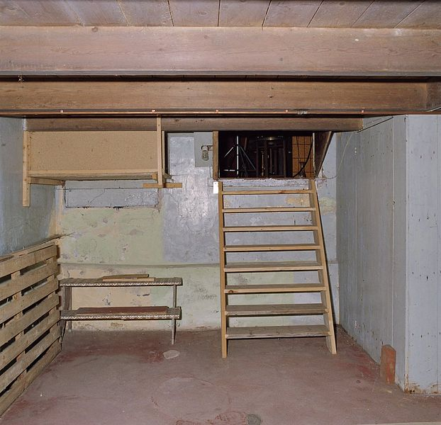 File interieur overzicht kelder met trap naar de slaapkamer valthermond 20364532 - Salontafel naar de slaapkamer ...