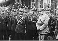 Józef Piłsudski z oficerami (22-524).jpg