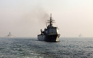 JS Uraga heading home after the SDF Fleet Review 2006 a.jpg