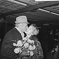 Johan Heesters op Schiphol aangekomen Mieke Bos begroette hem met bloemen, Bestanddeelnr 915-8252.jpg