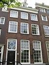 foto van Huis, waarvan de gevel is vernieuwd onder de oorspronkelijke rechte lijst met gemetselde dakkapel