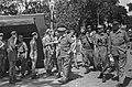 Kolonel P. Scholten bezoekt het frontt. Links een half ontblote militair. Recht, Bestanddeelnr 7311.jpg