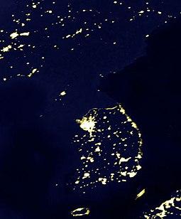 Confrontée à des pénuries d'énergie depuis les années 1990, la Corée du Nord consacre 85% de l'électricité produite à l'industrie , comme le montre a contrario cette photo satellite de la péninsule coréenne prise de nuit.