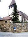 Kuppingen-Ansicht von Ostnordosten mit Kirche über Kirchhofmauer und ehemaligem Grabenbereich-270108.jpg
