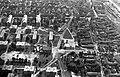 Légifotó Csepelről. Balra a Béke téri lakótelep, középen a Jézus Szíve római katolikus templom. Fortepan 18267.jpg