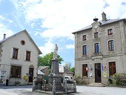 La Nouaille - Mairie et Monument aux Morts.JPG