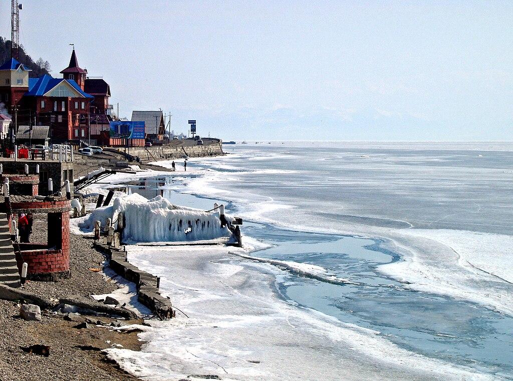 Listvianka (oblast d'Irkoutsk, Russie)  au début du printemps, sur la rive du lac Baïkal gelé. (définition réelle 2559×1903)