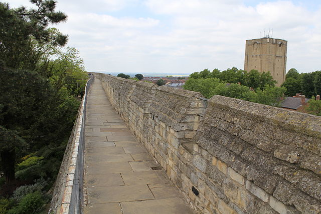 File:Lincoln Castle curtain wall (2).JPG - Wikimedia Commons