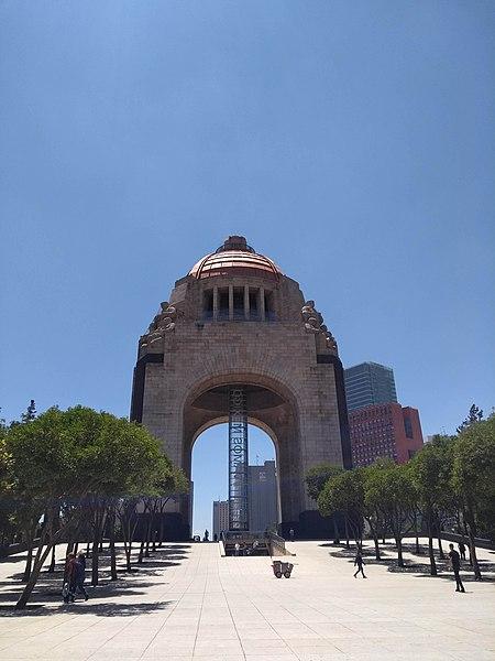 File:Medio día en el Monumento a la Revolución.jpg