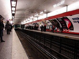 Châtelet (Paris Métro) - Image: Metro Paris Ligne 4 station Chatelet 01