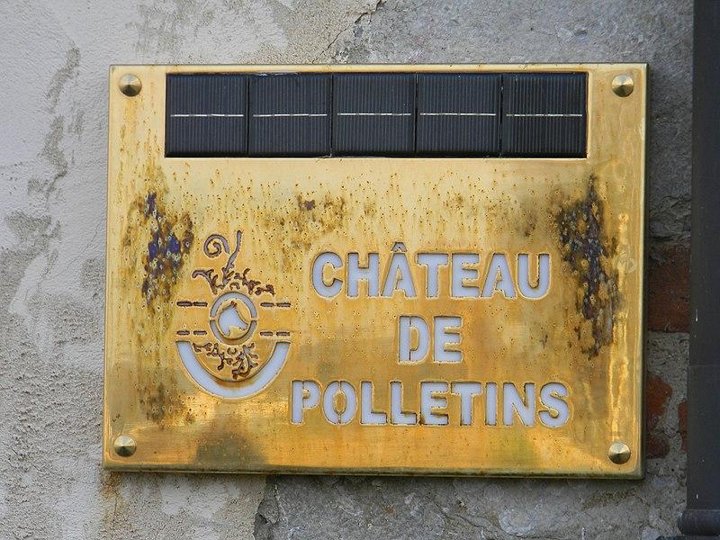 Plaque équipée de capteurs solaires devant le château de Polletins, à Mionnay.