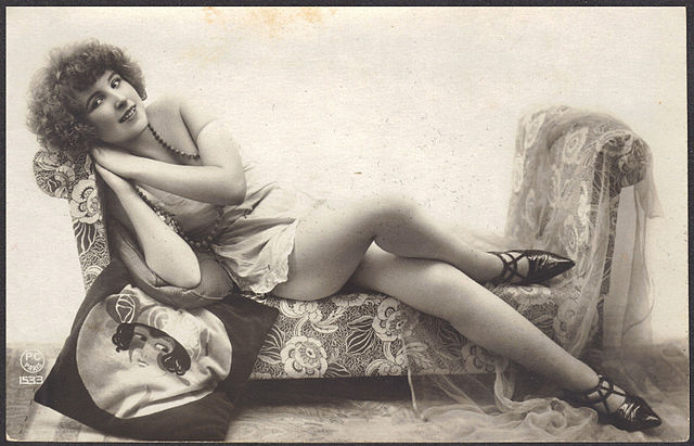 1920s fashion model with Flapper Pillow and Pointy Shoes, full. 1920. Via Wikimedia Commons