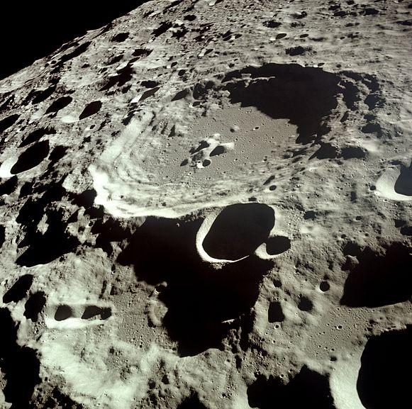 படிமம்:Moon Dedal crater.jpg