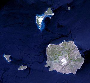 Δορυφορική φωτογραφία από τον Landsat. Δεξιά κάτω η Νίσυρος, στη μέση, επάνω, το Γυαλί.