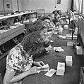 Pakketten bankbiljetten worden geteld, Bestanddeelnr 900-7786.jpg