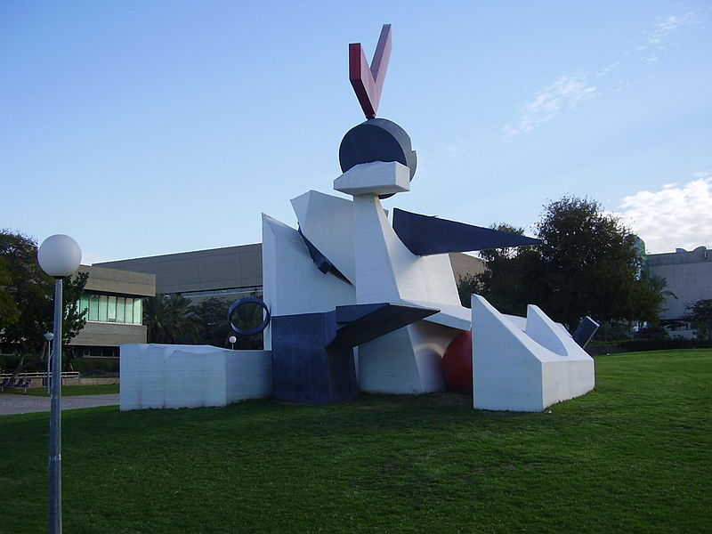 """הפסל """"התרחשויות, של יגאל תומרקין באוניברסיטת"""