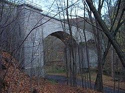 Pod Hamrštejnem, železniční most, od Kryštofova Údolí.jpg