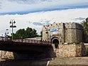 Pogled na glavnu ulaz u Nišku tvrđavu sa keja Nišave.JPG