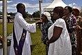 Prêtre donnant la communionn.jpg
