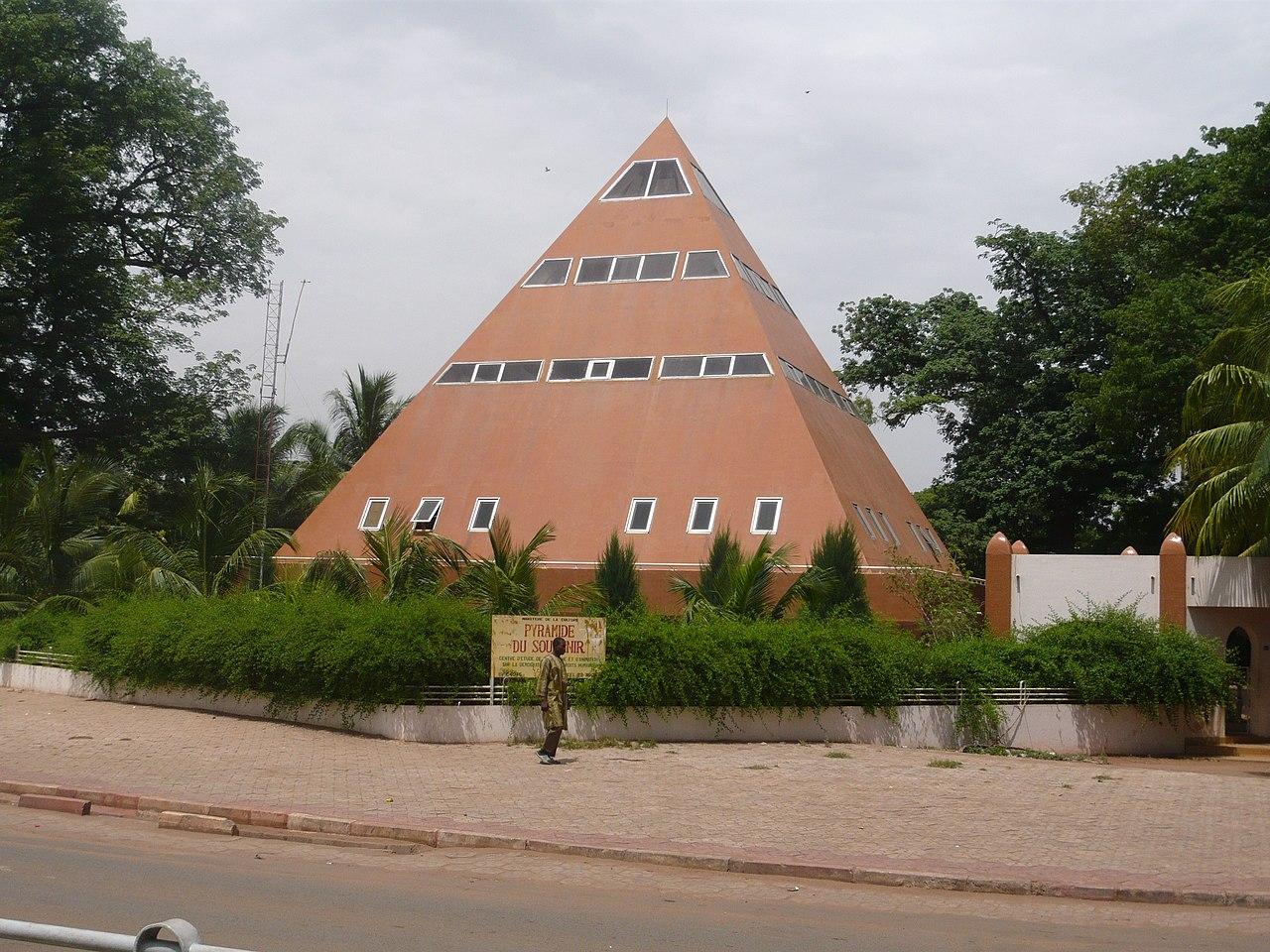 Anschlag auf das Radisson Blu Hotel in Bamako, Mali 1280px-Pyramide_du_souvenir_-_Bamako