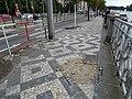 Rašínovo nábřeží, poškozená dlažba chodníku (02).jpg