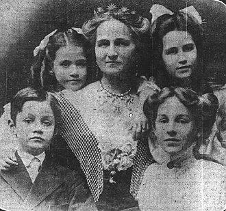 Rose Selfridge - Rose Selfridge and her family. Top row: Beatrice, Rose (in centre) and Violette. Bottom Row: Gordon and Rosalie.