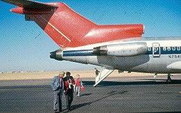samolot z otwartymi drzwiami ogonowymi