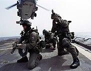 SEALs aerotransportados a la cubierta de un buque.