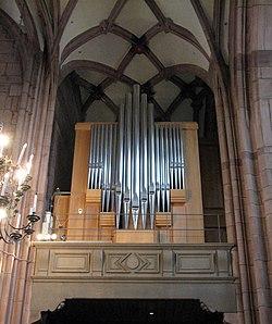 Seitenprospekt der Chororgel des Freiburger Münsters, Blick vom Chorumgang.jpg