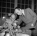 Sigvard Bernadotte bij een zilversmid die het door hem ontworpen melkkannetje aa, Bestanddeelnr 252-8884.jpg