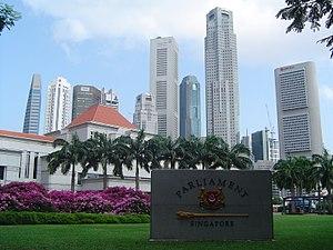 Edificio del Parlamento de Singapur con los rascacielos de la ciudad al fondo.