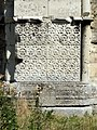 Soissons (02), abbaye Saint-Jean-des-Vignes, abbatiale, façade occidentale, contrefort à droite de la nef, décor floral du soub.jpg